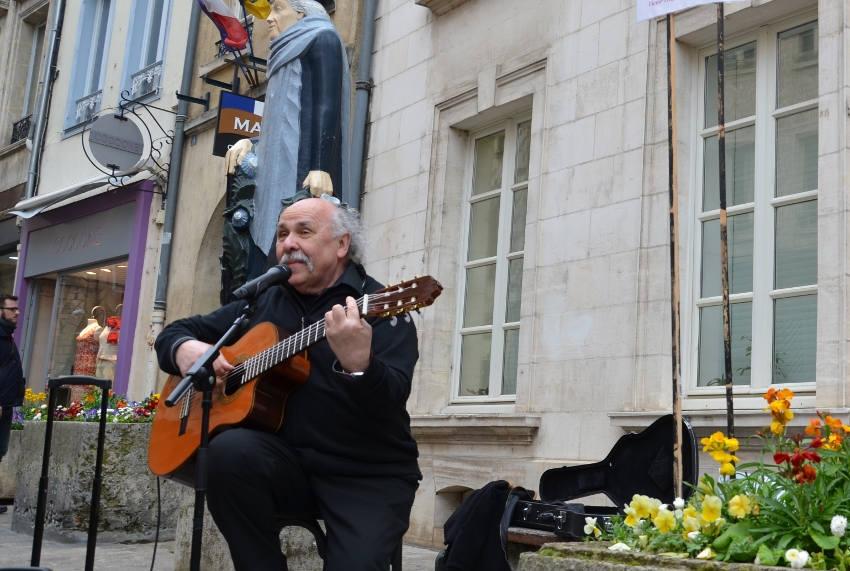 Gérard-André exige la réouverture des salles de spectacle : le chanteur lance une pétition et manifestera ce dimanche