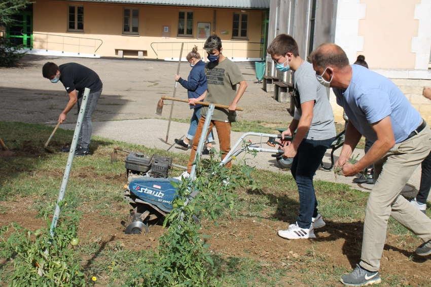L'utile se marie à l'agréable au lycée Vauban : des élèves aménagent un potager