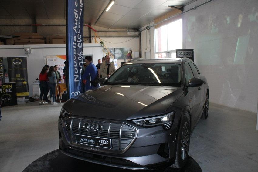 Les férus de véhicules stylisés ont leurs yeux de Chimène pour le nouvel SUV 100 % électrique AUDI e-tron…