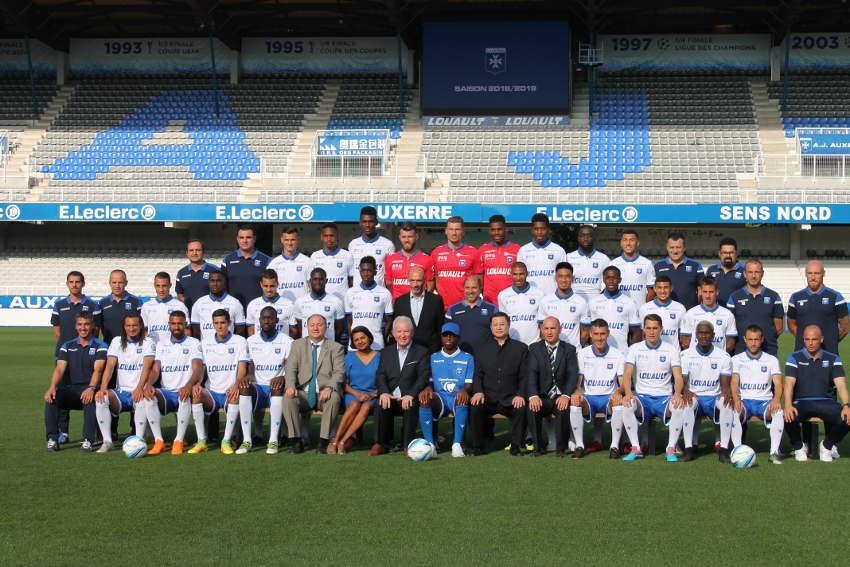 Les joueurs de l'AJ Auxerre tiennent la pose aux côtés de leurs partenaires…