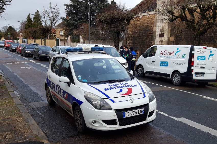Des papillotes distribuées plutôt que des amendes : la Police nationale en colère bloque la circulation…