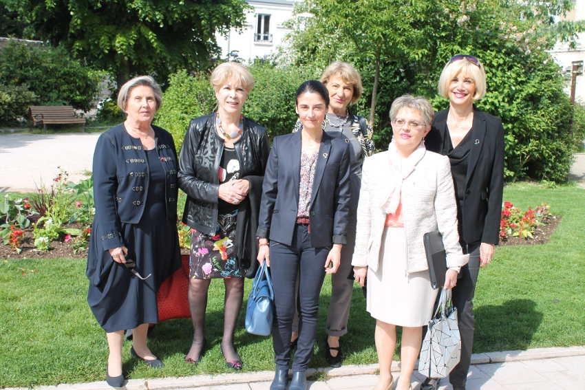 La magnétiseuse Lyvia ROBERT rejoint le réseau Femmes Leaders Mondiales : une question de fluide positif !