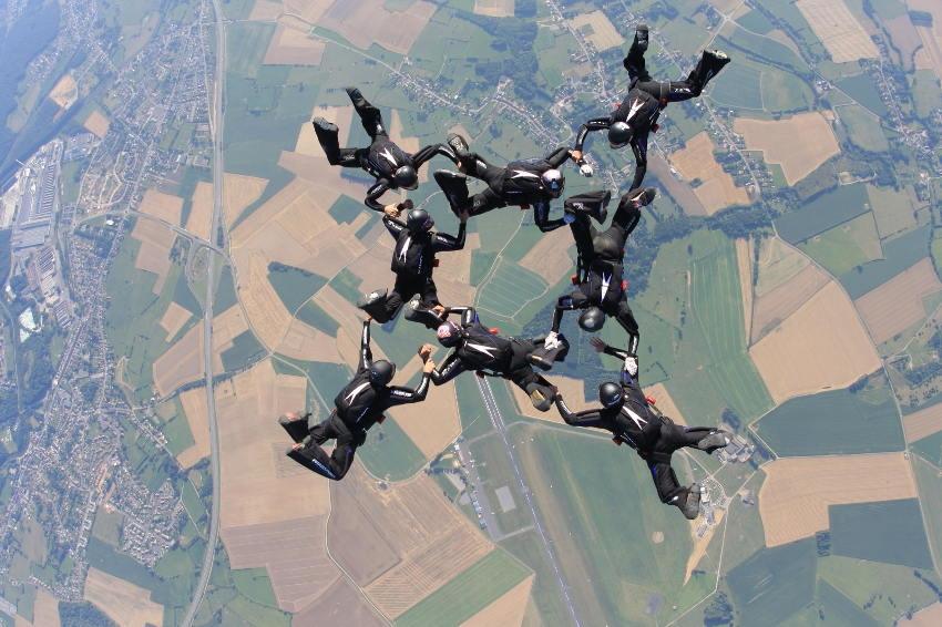 Les nationaux de parachutisme en vol relatif s'organisent à Chéu : des figures techniques à 4 000 mètres d'altitude !