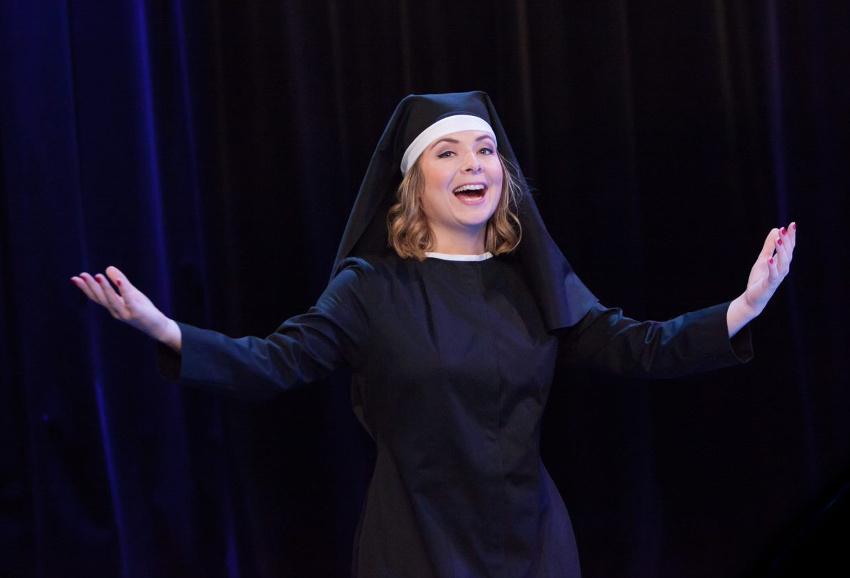 Plutôt en rire que de se pendre : le prêche ravageur de Constance contre les absurdités de la comédie humaine