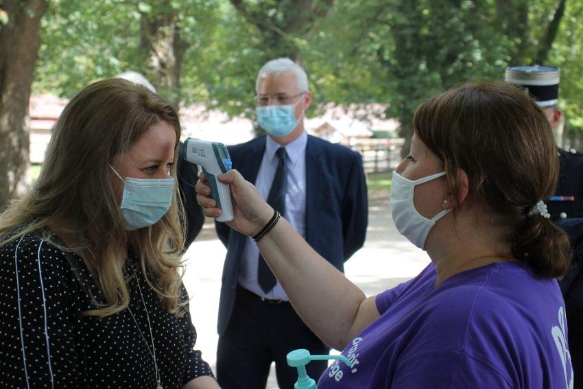La ministre fait montre d'exemplarité : Nadia HAI se plie au test de dépistage de la fièvre…
