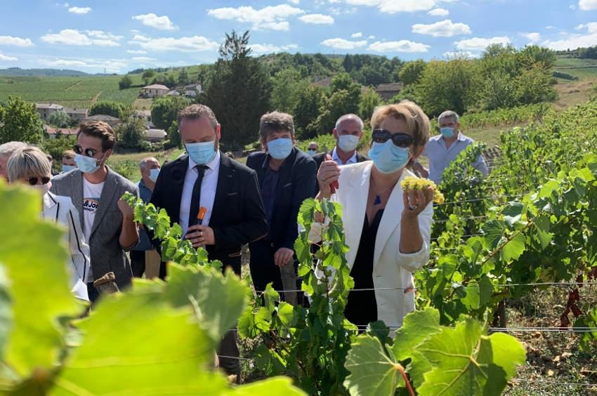 Il est invité aux Hospices de Beaune : Marie-Guite DUFAY à l'heure américaine offre du vin au président Joe BIDEN !