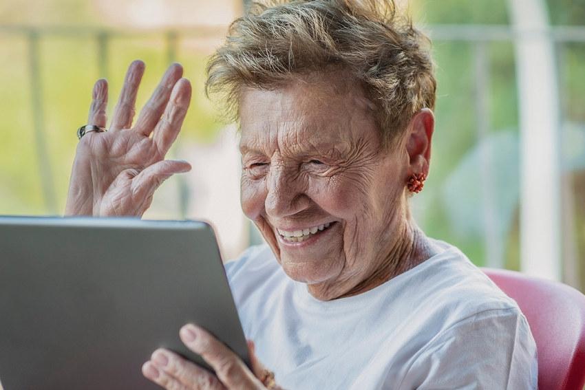 Le Crédit Agricole dote les EHPAD de tablettes numériques : sortir les seniors de leur isolement…