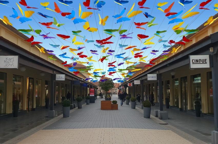 De la poésie et du rêve à volonté : le Quartier de l'Horloge colore les rues commerçantes avec son envol de papillons