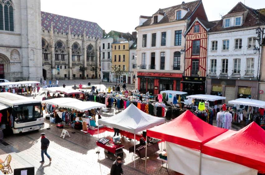Le marché de Sens a réinvesti la place de la République et la place Drapès