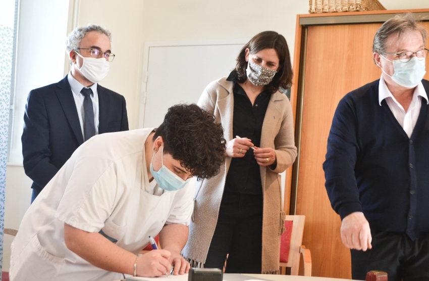 Le dispositif est-il vraiment vertueux ? Deux jeunes signent une convention dans le cadre du plan « 1 jeune 1 solution »