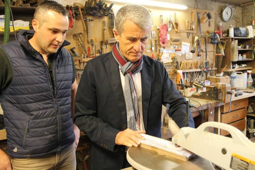 Sous la houlette de Julien CORDIER, le préfet de l'Yonne Patrice LATRON s'essaie à la pratique de l'ébénisterie…
