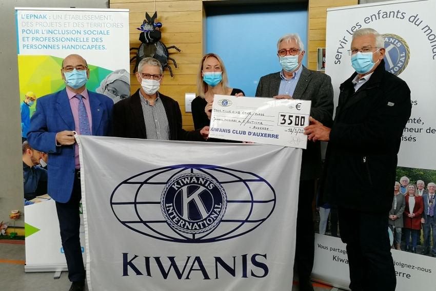 Le KIWANIS Auxerre fidèle à son credo de servir les enfants : 3 500 euros offerts aux Journées de l'Autisme de l'EPNAK
