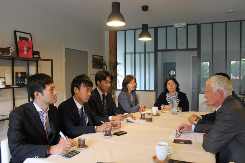 Le chef cuisinier de l'ambassade du Japon découvre les étonnantes saveurs des viandes maturées par Jean DENAUX